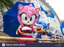 sonic open on thanksgiving london uk 20 november 2016 amy rose and sonic the hedgehog the