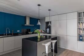 conception et aménagement d une cuisine blanche et noir avec un mur