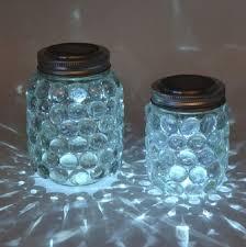 man nimmt ein leeres marmeladenglas und beklebt es ringsherum mit