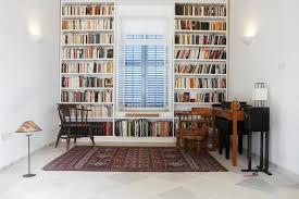 bibliotheque chambre chambre de ville avec des livres disposés dans la bibliothèque photo