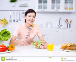 femme en cuisine femme avec la nourriture dans la cuisine image stock image