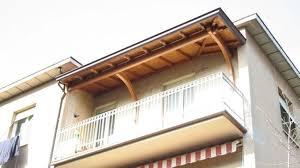 tettoia in legno per terrazzo tettoie per balconi pergole e tettoie da giardino come