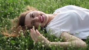 imagenes flores relajantes soñadora mujer joven atractiva con flores relajantes fuera vídeos