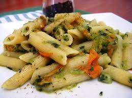 primo piatto con fiori di zucca pennette con pesto di zucchine e fiori di zucca pasticciando con