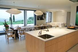 grande table de cuisine cuisine avec ilot central et grande table à manger kitchens