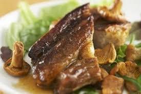 cuisiner des tendrons de veau recette de tendron de veau au jus aillé et girolles poêlées facile
