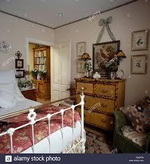 Schlafzimmer Antik Bambus Kommode Und Weiß Lackiert Antik Messing Bett In Der