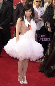 swan dress bjork swan dress oscars 2001 bjork oscar 2001