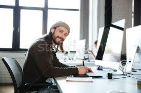 travaux de bureau heureux homme travaux bureau regarder photo stock dean