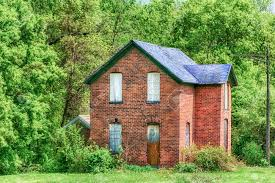country farmhouse an abandoned country farmhouse on the midwest prairie stock photo