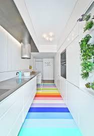 peinture blanche cuisine cuisine blanche en longueur avec sol en caoutchouc multicolore