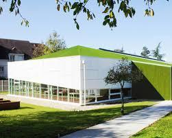 designboom green school 208 wraps synthetic green roof around elementary school