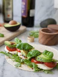 cuisiner le basilic avocat tomate mozza et basilic cuisine basilic