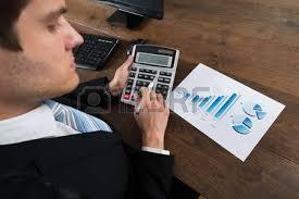 calculatrice graphique bureau en gros gros plan d un homme d affaires avec un stylo à analyser le