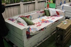 canapé avec palette construire un canapé pour le jardin avec des palettes passeur de