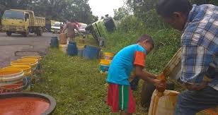 Minyak Cpo truk cpo terguling di rantau puri warga rame rame rebutan tumpahan