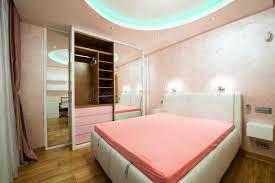 le plafond chambre intérieur d une chambre à coucher moderne avec le plafond de luxe