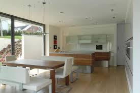cuisine blanc et noyer cuisine contemporaine en noyer et blanc lhermitte architecture
