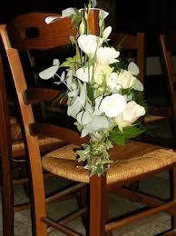 chaise d église décor de chaise ou banc pour fleurir l église à un mariage ou un baptême