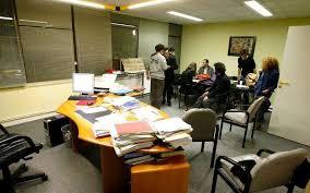 travaux de bureau le directeur du clous retenu dans bureau par des étudiants en