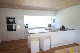kche wei mit holzarbeitsplatte beige hochglanz küche und holz arbeitsplatte amocasio
