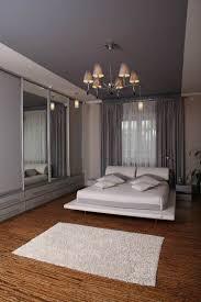 Schlafzimmer Einrichten Wandfarbe Creme Wandfarbe Decke In Einem Lila Farbton Und Weißes Bett