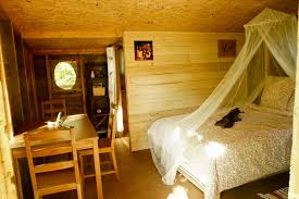 chambre cabane dans les arbres cabane dans les arbres pivert chambre les noctam bulles