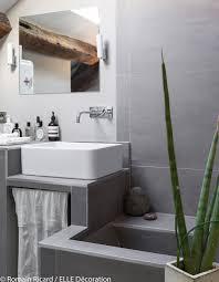salle de bain style romain un triplex parisien à la déco minérale elle décoration