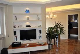 mensole sotto tv foto parete in cartongesso allestita per tv e con mensole di
