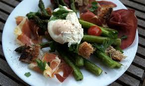 cuisiner asperge verte asperges vertes rôties œuf mollet et charcuterie italienne
