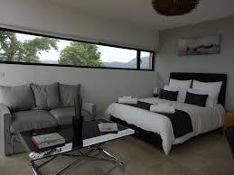 chambre contemporaine design chambre orientée nord avec fenêtre allongée dans un style contemporain