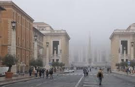 alla cupola di san pietro roma avvolta dalla nebbia la cupola di san pietro scompare alla