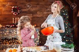 mere et fille cuisine joyeux noël et bonnes fêtes nourriture de vacances de préparation