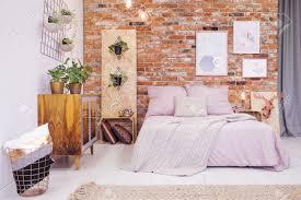 chambre industrielle chambre industrielle avec lit et diy décoration osb banque d images