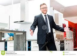 vendeur dans la salle d exposition de meubles de cuisine domestique