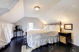 chambre avec lit noir blanc velux chambre avec plafond voûté et vieux plancher de bois