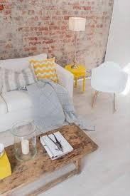 coussin decoration canapé déco salon un joli canapé blanc avec coussin jaune meuble