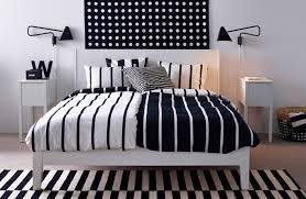 chambre avec lit noir draps de lit noir et blanc photo 10 10 une chambre avec une