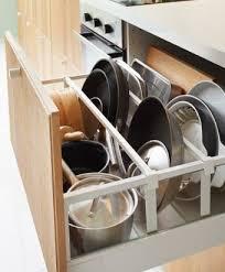 ikea rangement cuisine gros plan sur un tiroir de cuisine ikea ouvert casseroles et poêles
