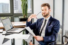 le bureau banquier banquier travaillant au bureau photo stock image 106332968