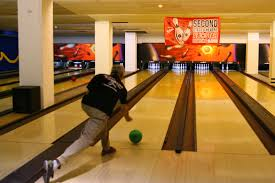 nyc u0027s best bowling alleys late night bowling family fun cbs