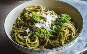cuisiner le chou frisé spaghettis complets au chou frisé pesto de noisettes cuisine et