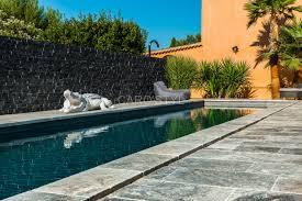 dallage exterieur en pierre naturelle piscine en pierre naturelle travertin gris carrelage et salle de