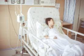 chambre d injection soustrayez le fond brouillé de l enfant admis à la chambre d hôpital