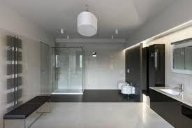 große badezimmer in der mitte eine große leuchte am spiegel indirekte strahlen im