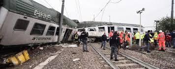 carrozze treni pioltello gru per rimuovere le carrozze ancora caos treni e