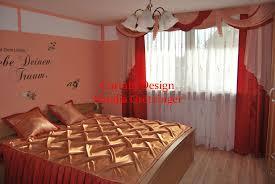 edler schlafzimmer vorhang mit roten schals gardinen deko
