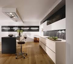 plafond cuisine design cuisine design sans poignées avec hotte plafond par alnouk