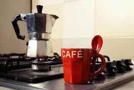 fourneau de cuisine tasse de café et cafetière rouges sur le fourneau de cuisine photo