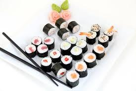 cuisine traditionnelle japonaise sushi réglés du plat blanc nourriture japonaise traditionnelle